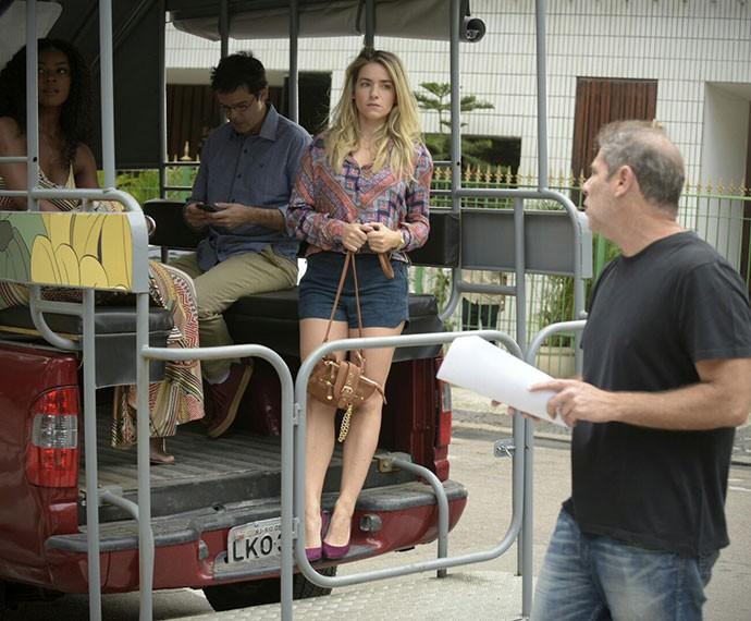 O diretor Marcelo Travesso dá orientações de cena para Monique (Foto: Raphael Dias/Gshow)