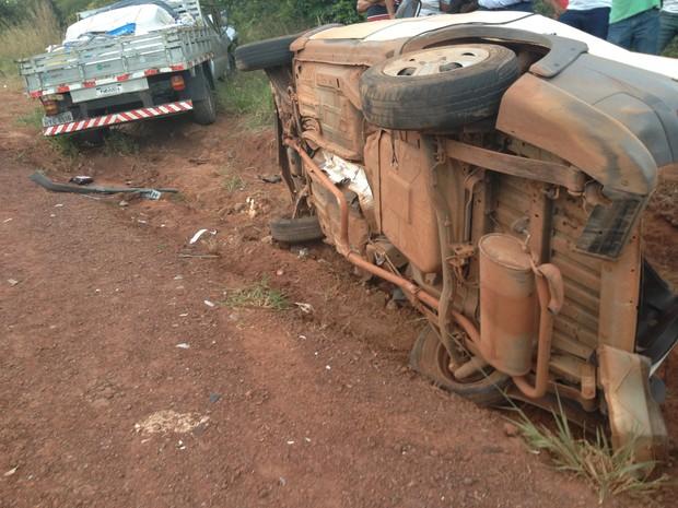 Carro de passeio bateu de frente com camionete, no norte do Tocantins (Foto: Vilma Nascimento/G1)