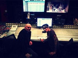O líder do Smashing Pumpkins, Billy Corgan, posta no site da banda foto ao lado de Tommy Lee, do Mötley Crue  (Foto: Divulgação)