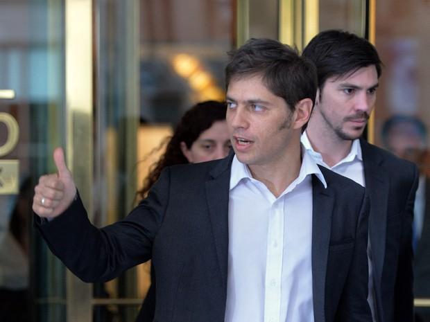 O ministro argentino Axel Kicillof faz sinal após sair da negociação com fundos especulativos em Nova York (Foto: Stan Honda/AFP)