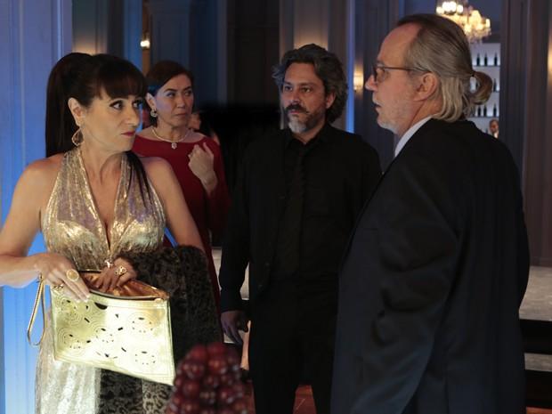 Zé fica chocado ao ver Magnólia guardando comida na bolsa (Foto: Artur Meninea/TV Globo)