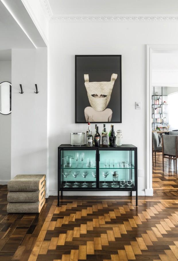 O bar desenhado por Sandro Clemes mistura aço-carbono e vidro canelado, e tem acima fotografia de Fabio Bartelt (Foto: Mariana Boro / Editora Globo)