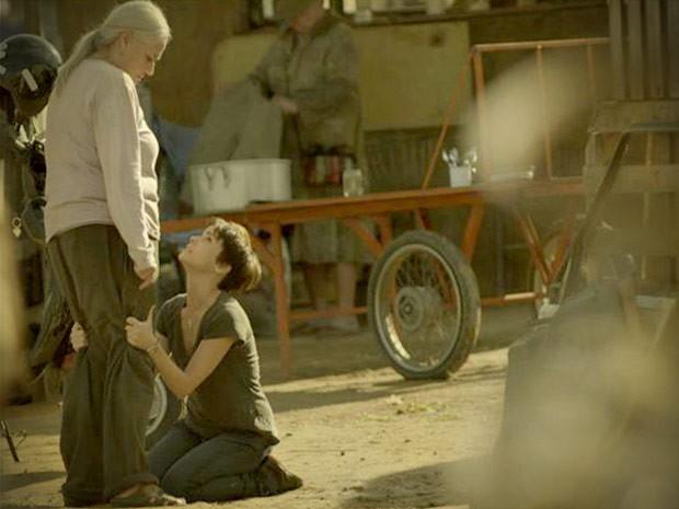 Nina pede persão de joelhos pelo estrago que Nilo causou (Foto: Avenida Brasil / TVGlobo)
