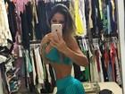 Mayra Cardi posa com roupa de ginástica e cinturinha impressiona
