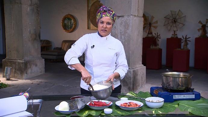 Chefe de cozinha Tereza Paim ensina receita de acarajé (Foto: TV Bahia)