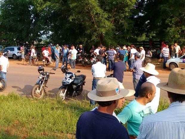 Família e amigos de jovens desaparecidos bloqueiam a MT-170 e a BR-174 (Foto: Alzira Reis de Oliveira/Arquivo pessoal)