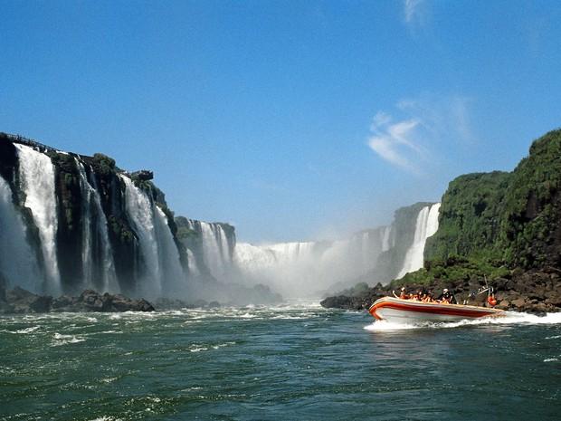 Passeio de barco pelas corredeiras do Rio Iguaçu permite chegar bem próximo das quedas das Cataratas do Iguaçu (Foto: Cataratas do Iguaçu S.A. / Divulgação)