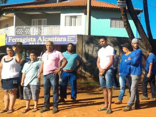 População acompanha cortejo com corpo de Ana Clara Camargo em Goiânia, Goiás (Foto: Vanessa Martins/G1)