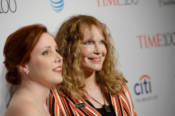 Dylan Farrow com a mãe, Mia Farrow (Foto: Getty Images)