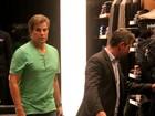 Com sapatos e camisa verde, Edson Celulari vai às compras