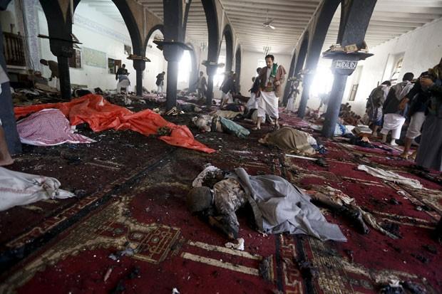Mesquita atingida por homem-bomba é vista nesta sexta-feira (20) em Sanaa, no Iêmen; mais de 100 pessoas morreram (Foto: Khaled Abdullah/Reuters)