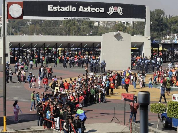 30/11/2014 – Milhares de fãs fazem fila diante do estádio Azteca, na Cidade do México, neste domingo, para o velório de Roberto Bolaños (Foto: Alfredo Estrella/AFP)