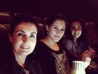 Fátima Bernardes vai ao cinema com as filhas