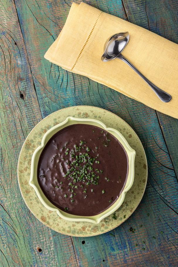 Sopa de feijão-preto com mostarda (Foto: Divulgação/Cesar Godoy)