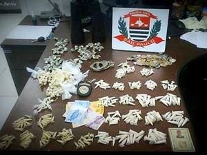 Polícia apreendeu diversos entorpecentes com os dois suspeitos em Peruíbe, SP (Foto: Divulgação/Polícia Civil)