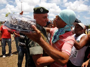 Aniversariante, general recebe bolo e saudações de manifestantes na BA (Foto: Lúcio Távora/Agência A Tarde/AE)
