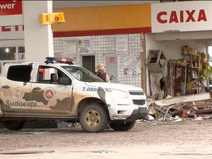 Equipes da Cipe/Sudoeste e os peritos do Departamento de Polícia Técnica estiveram no local da explosão do caixa na Bahia (Foto: Imagens/ Tv Sudoeste)