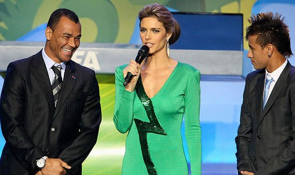 Fernanda Lima apresenta o Sorteio Final da Copa do Mundo da Fifa de 2014, ao lado do marido, Rodrigo Hilbert (Foto: Agência Reuters)