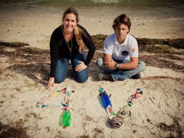 Os brasileiros Marcela Rocha e Danilo Mesquita vão dar ao volta ao mundo em um veleiro e ajudar a ciência a obter detalhes sobre a contaminação dos mares pelo plástico (Foto: Divulgação)
