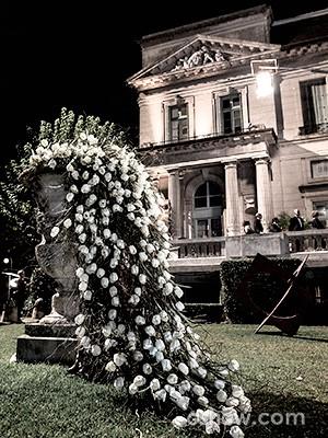 Arranjo de flores no jardim da mansão (Foto: Fábio Rocha / TV Globo)