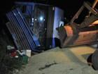 Caminhão com 30 t de soja tomba em MS após roda dianteira se soltar