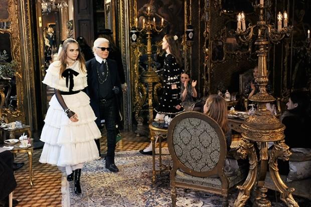 Cara Delevingne e Karl Lagerfeld no encerramento do desfile Paris-Salzburg (Foto: Divulgao/Chanel)
