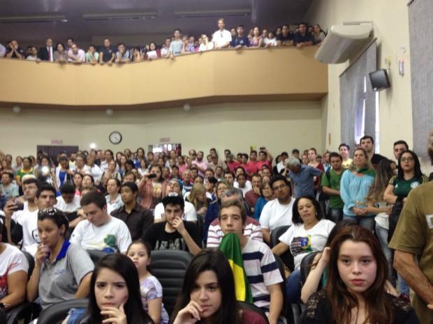 População lotou a Câmara Municipal de Santo Antônio da Platina (Foto: Wilson Kirsche/RPC)