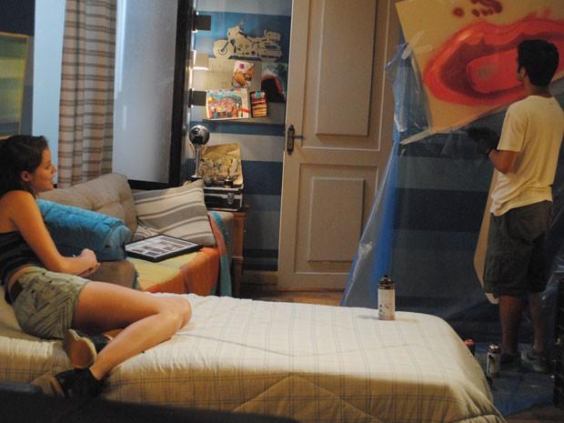Gil faz grafite para Ju, que fica toda derretida com mimo de peguete (Foto: Malhação / Tv Globo)