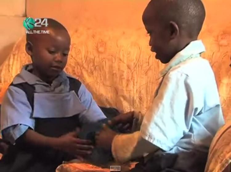 Planeta_Bicho_cachorro_adota_crianças_quênia (Foto: Reprodução/YouTube)
