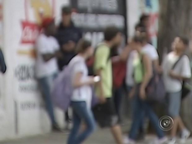 Traficantes agem dentro de fora das escolas  (Foto: Reprodução TV TEM)
