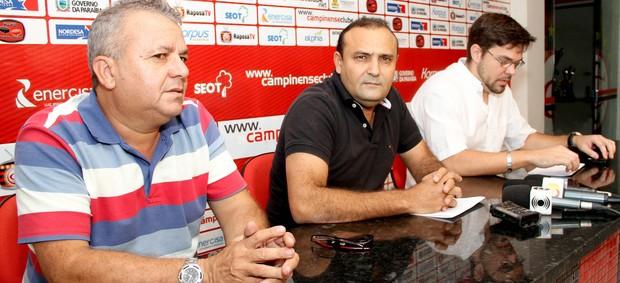 Dorgival Pereira, William Simões e Tiago Melo, diretoria do Campinense (Foto: Leonardo Silva / Jornal da Paraíba)