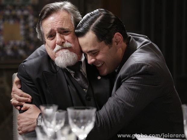 Manfred obriga Ernest a tratá-lo como filho (Foto: Fábio Rocha/TV Globo)