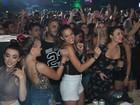 Bruna Marquezine curte noite de baile funk no Rio com amigas