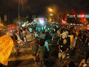 Manifestantes contrários ao reajuste da passagem fecham a Av. Agamenon Magalhães (Foto: Aldo Carneiro / Pernambuco Press)