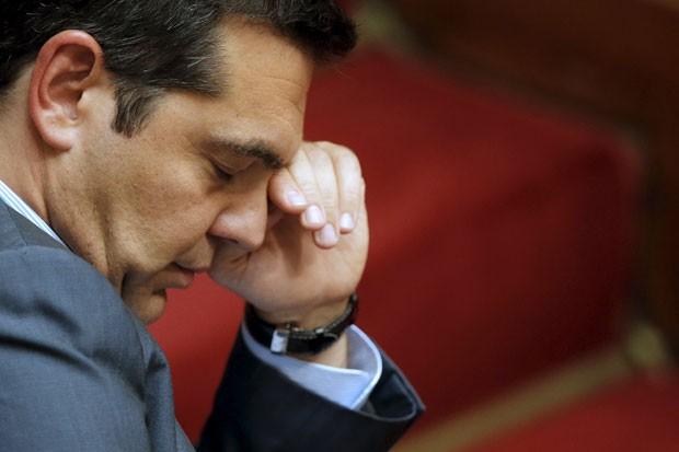 Premiê grego sente sono depois de tantas horas negociando a aprovação do resgate  (Foto: Reuters)