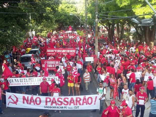 No Recife, manifestantes se concentram na Praça Oswaldo Cruz, no centro (Foto: Katherine Coutinho/G1)