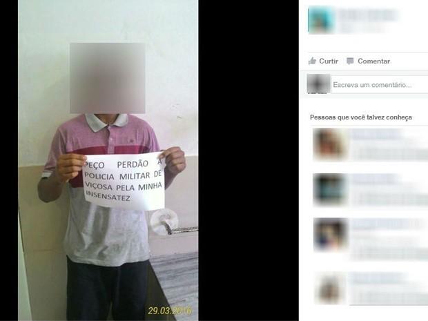 Jovem pedindo desculpas para Polícia Militar em Viçosa (Foto: Reprodução/Facebook)