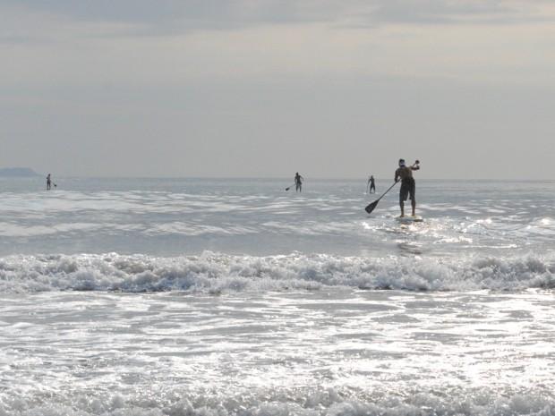Stand up Paddle é aposta de lazer para temporada no litoral norte de SP (Foto: Daniel Corrá/G1)