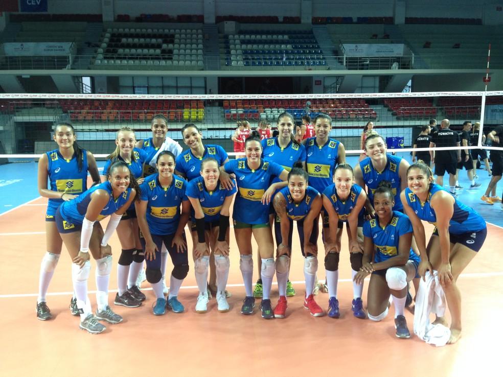 Seleção feminina do Brasil posa para a foto depois da vitória contra Turquia  (Foto: Divulgação/CBV)
