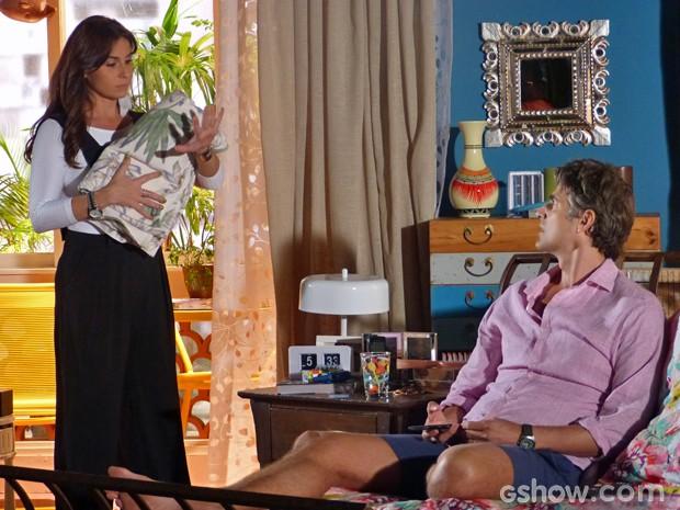 Cadu pergunta para Clara onde está sua aliança (Foto: Em Família/ TV Globo)