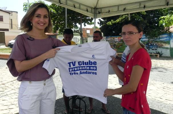 Moradores do Três Andares também recebem camisetas  (Foto: Katylenin França)