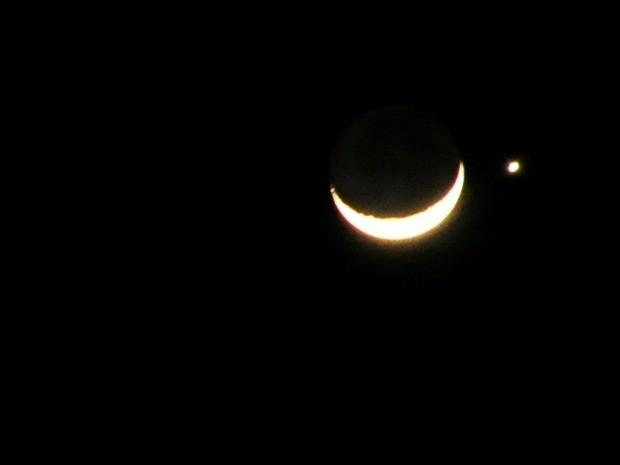 Lua e Vênus foram vistos como se estivessem lado a lado no céu de Cuiabá. (Foto: Renê Dióz/G1)