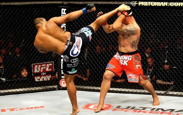 UFC Daniel Cormier chuta Frank Mir (Foto: Getty Images)