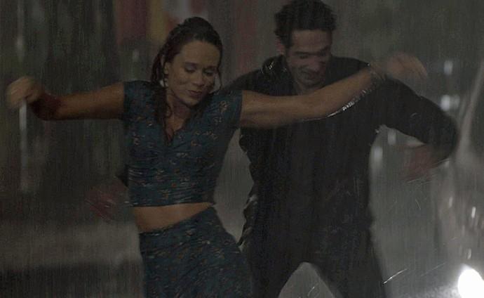 Casal se diverte mesmo com temporal (Foto: TV Globo)