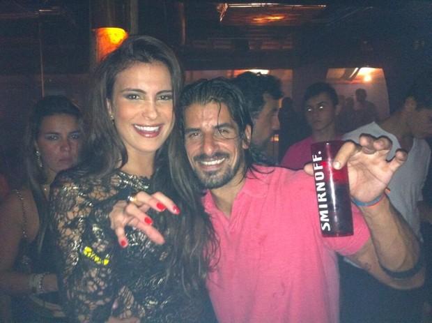 Ex-BBB Kamilla e o argentino Miguel em boate no Rio (Foto: Twitter/ Reprodução)