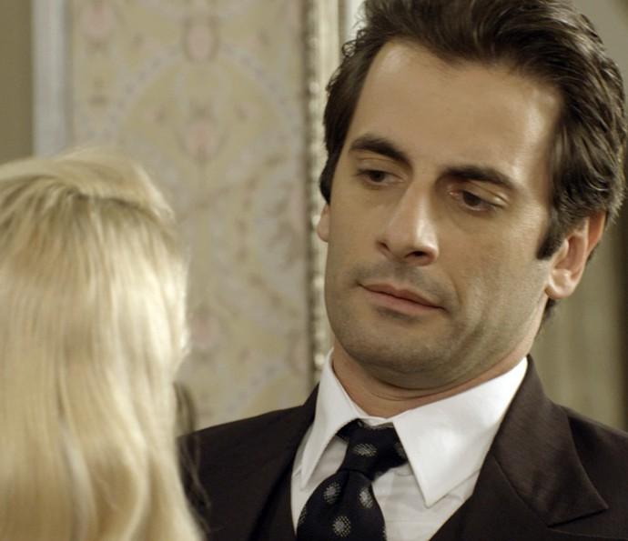 Basta Araújo dar as costas para Sandra colocar Ernesto na mansão (Foto: TV Globo)