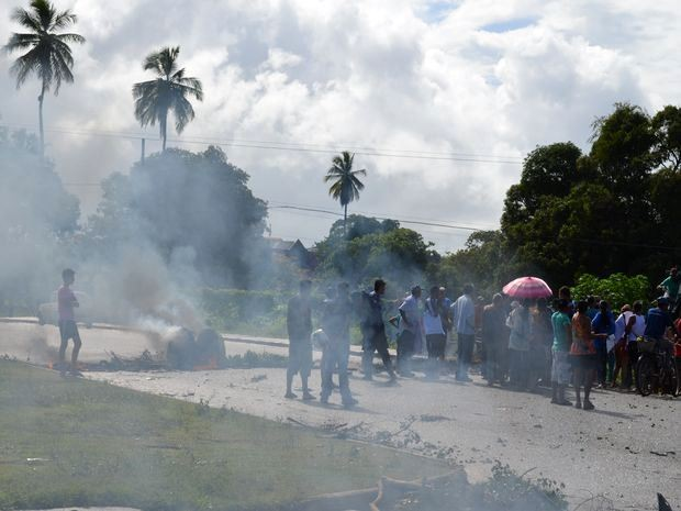 Manifestantes interromperam o tráfego de veículos em trecho da Rodovia João Bebe Água em São Cristóvão, em SE (Foto: Marina Fontenele/G1)