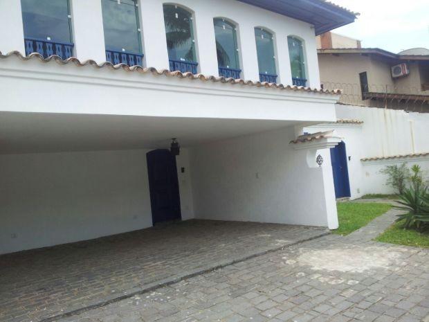 Suspeitos entraram na casa onde amarraram e atacara a vítima (Foto: Cássio Lyra / G1)