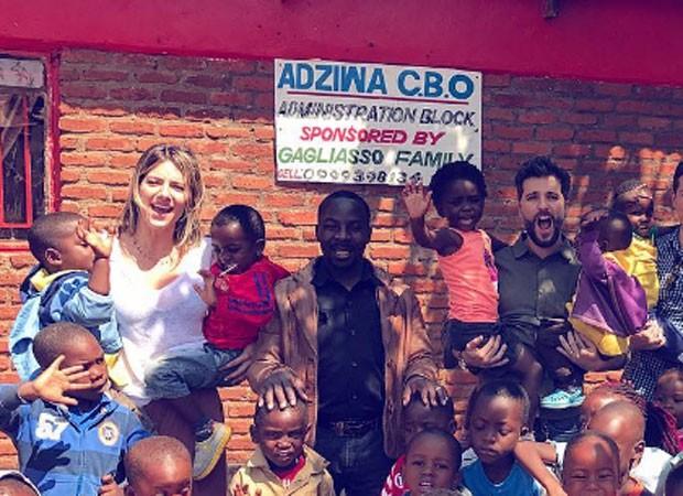 Bruno Gagliasso, Giovanna Ewbank e crianças no Malawi (Foto: Reprodução)