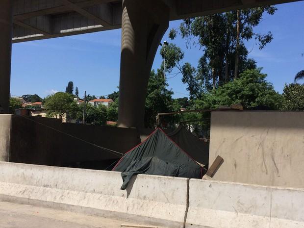 Parte debaixo do monotrilho concentra barracos improvisados e barracas de acampamento (Foto: Márcio Pinho/G1)